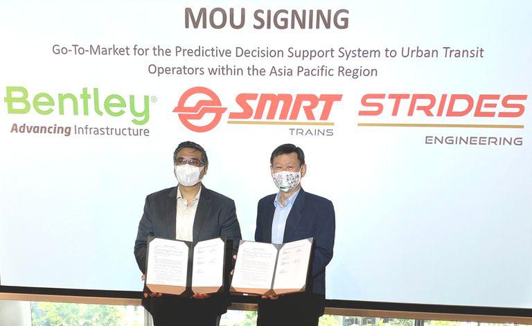 Kaushik Chakraborty, vicepresidente de Bentley Asia South, y Gan Boon Jin, presidente de Strides Engineering, en la ceremonia de firma del memorando de entendimiento.