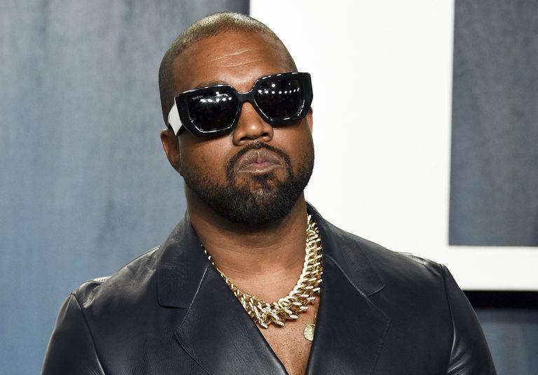 ARCHIVO – En esta fotografía del 9 de febrero de 2020 Kanye West llega a la fiesta de los Oscar de Vanity Fair en Beverly Hills, California. West puso a la venta su rancho y locales comerciales en el suroeste de Wyoming. El rancho aparece con un precio de venta de 11 millones de dólares. (Foto Evan Agostini/Invision/AP, archivo)