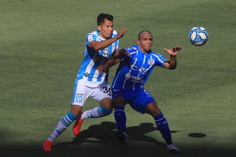 Leonardo Sigali trata de controlar a Ulariaga, autor del gol de Godoy Cruz en el primer tiempo; en la segunda etapa Racing se destapó y goleó 6-1 en el Cilindro de Avellaneda, por la tercera jornada de la Zona Complementación B de la Copa Diego Maradona.