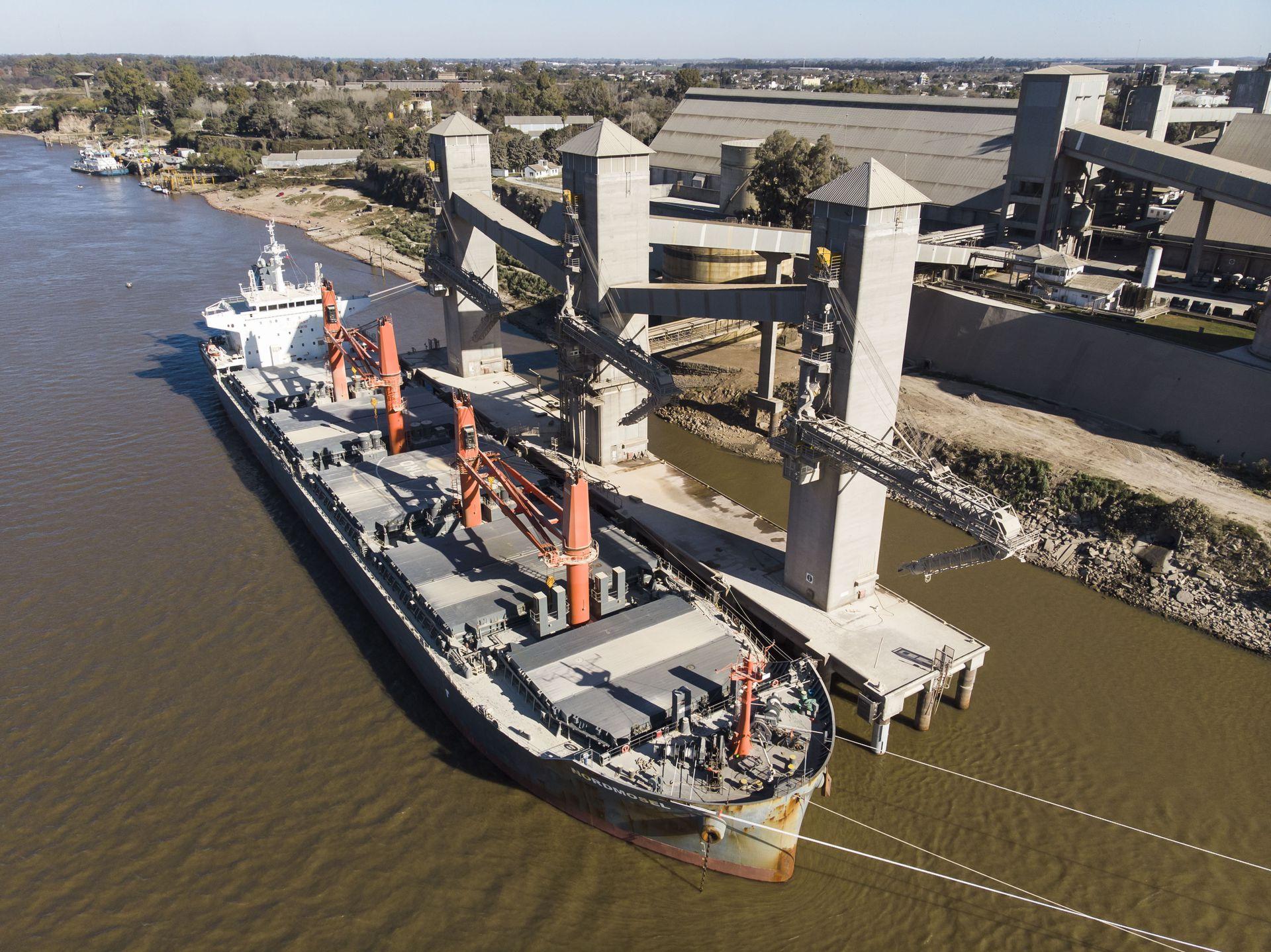 Barcos a la espera de cargar cereales en puertos de San Lorenzo, radas de Molinos y Vicentin