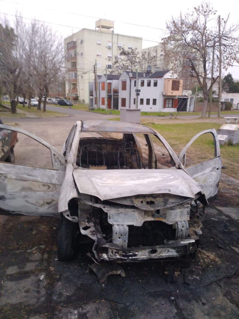 El vehículo robado fue quemado poco después por los delincuentes