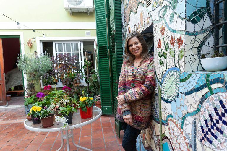 Regina Satz, en el taller de arte Inclán, donde conviven la plástica, la música, los libros y la danza