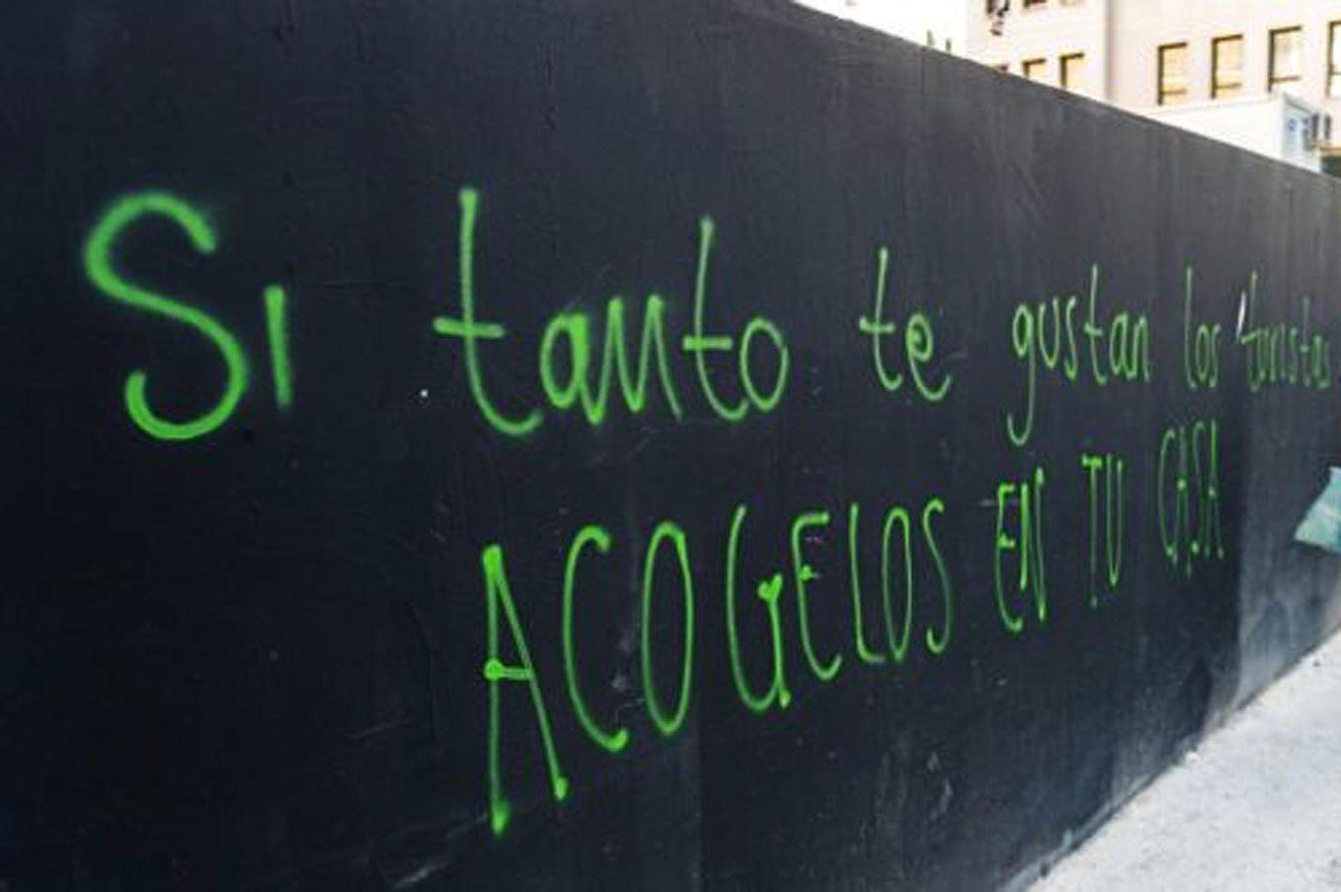 """""""Si tanto te gustan los turistas, acógelos en tu casa"""", uno de los carteles de bienvenida a la isla"""