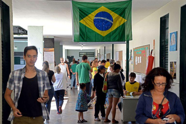 La votación en Brasil se desarrolla con tranquilidad en las escuelas y centros habilitados para sufragar