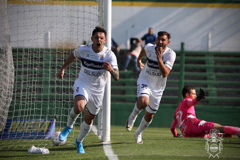 Guillermo Fratta festeja su gol para Gimnasia ante Defensa y Justicia, por la 4° fecha del Torneo 2021