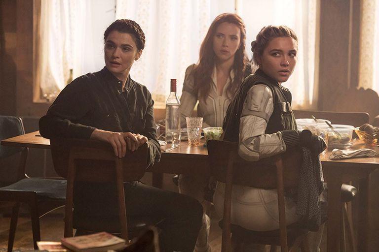 Rachel Weisz, Florence Pugh y Scarlett Johansson en una escena de la película