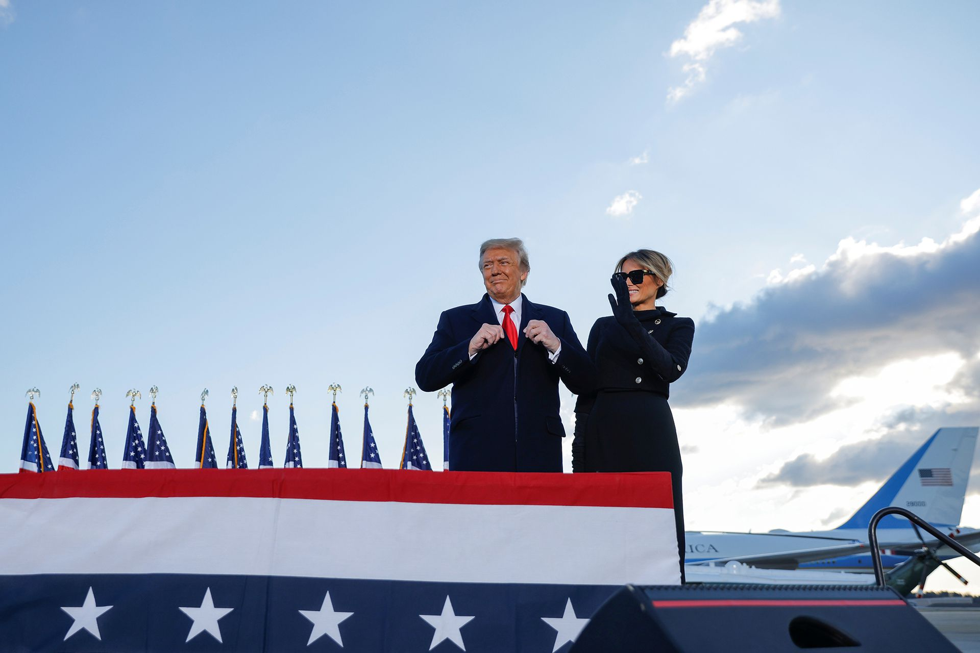 El presidente estadounidense Donald Trump llega junto a la primera dama Melania Trump a la base conjunta Andrews, Maryland