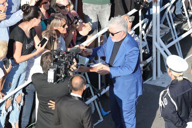 Almodóvar se detuvo a firmar autógrafos antes de pasar por la alfombra roja de Cannes 2018