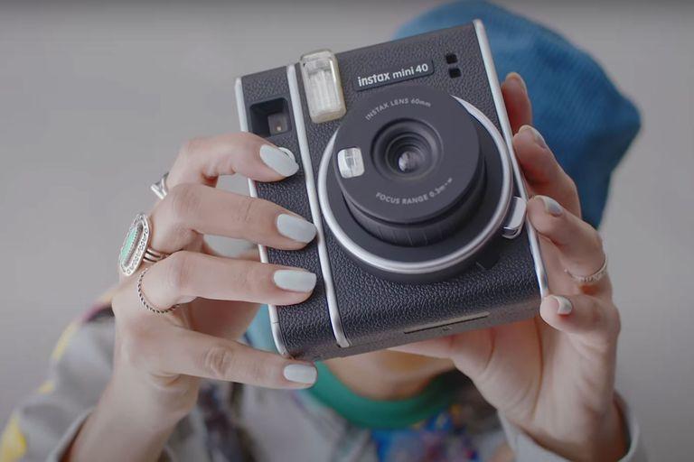 Modo retro: Fujifilm lanza Instax Mini 40, su nueva cámara de fotos instantáneas