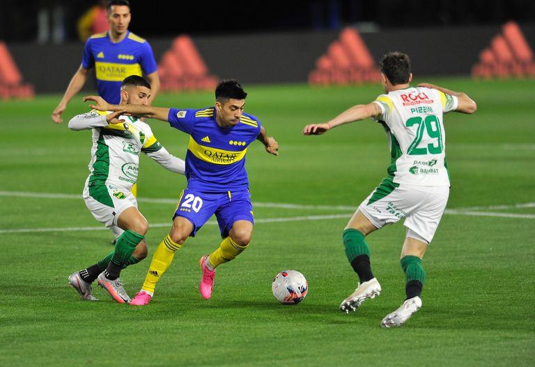 Juan Ramírez en acción, en una escena del 0 a 0 entre Boca y Defensa y Justicia, por el Torneo 2021 de la Liga Profesional de Fútbol.