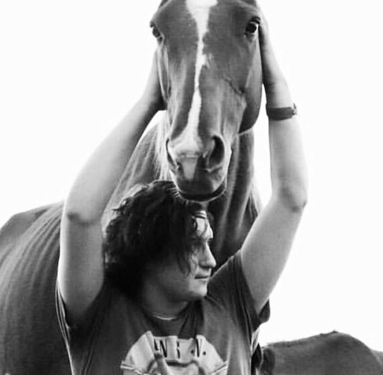 Justo Novillo Astrada y una de sus pasiones, los caballos