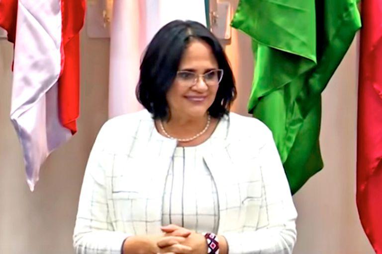 La ministra de Derechos Humanos, Damares Alves manifiesta su alegría porque los chicos volverán a vestirse de azul y las chicas de rosa