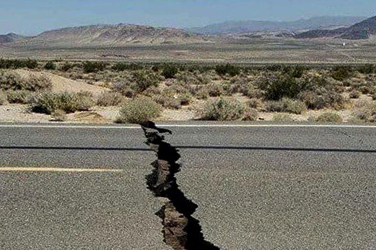 Una ruta dañada por un terremoto de 2019 en Trona, en el condado de San Bernardino, California