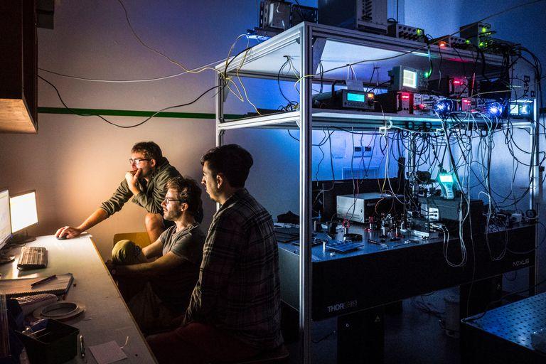 Christian Schmiegelow, Martín Drechsler y Nicolás Nuñez Barreto, de la UBA, atrapando átomos individuales en el nuevo Laboratorio de Iones y Átomos Fríos de la UBA