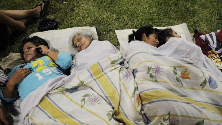 Las réplicas hacen que muchos prefieran pasar las noches a la intemperie.