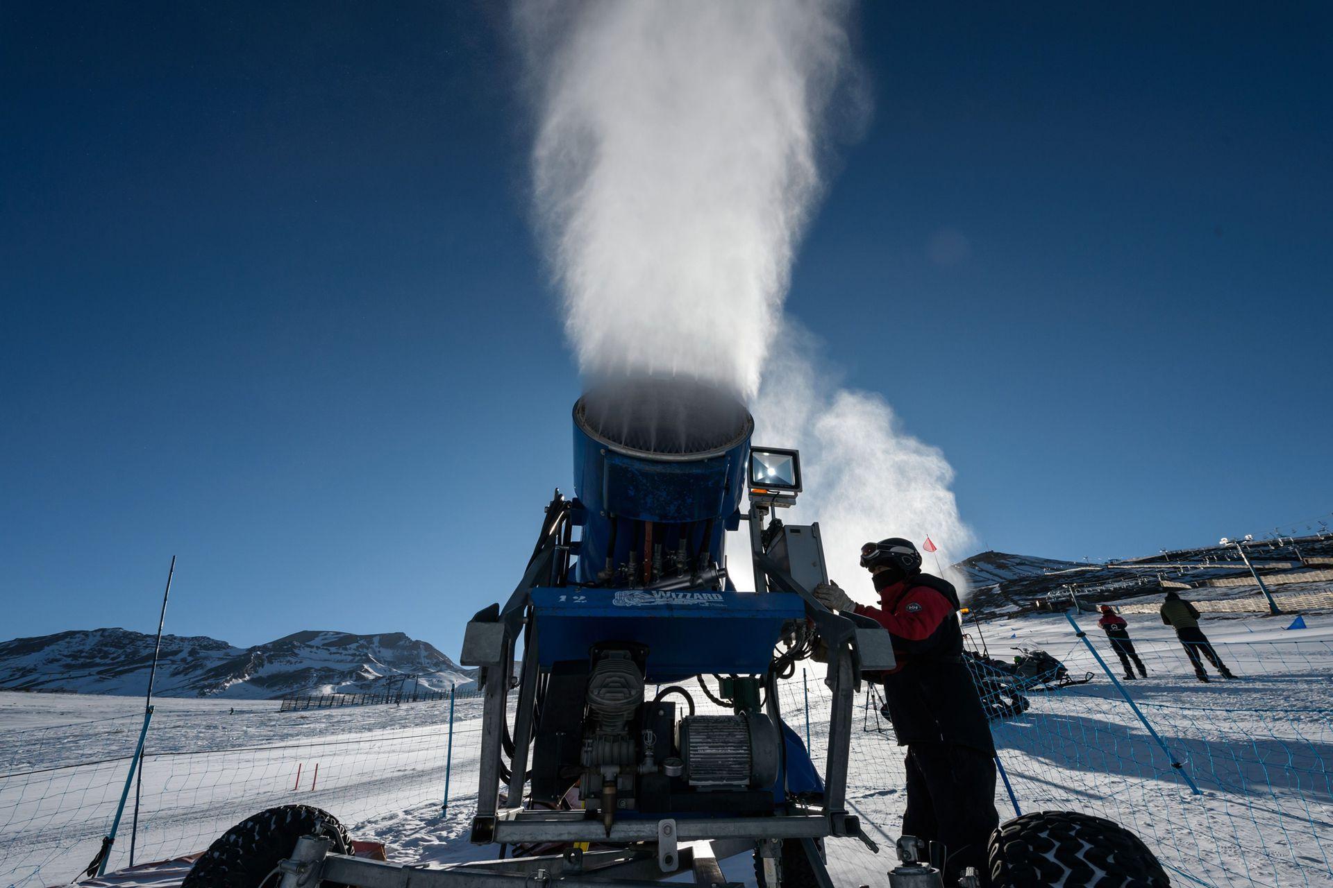 Hace solo unas décadas caían nevadas de más de cuatro metros en la cordillera andina, que obligaban a cortar el camino de acceso y transitar solo con maquinaria especial