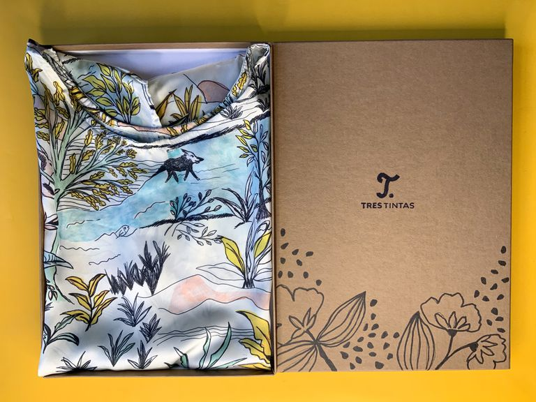 Las prendas de Tres Tintas vienen en una edición especial de cajas dibujadas para atesorar
