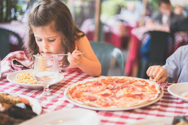 Las 6 etapas de la vida que marcan cómo nos relacionamos con la comida