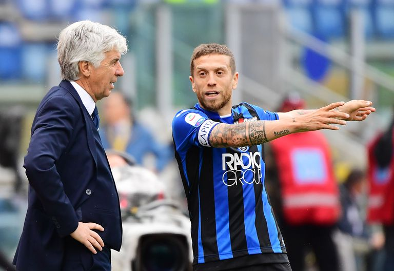 El técnico Gian Piero Gasperini y Papu Gómez en los tiempos de Atalanta; todo comenzó en diferencias tácticas y luego el tema involucró a los dueños de la institución de Bérgamo