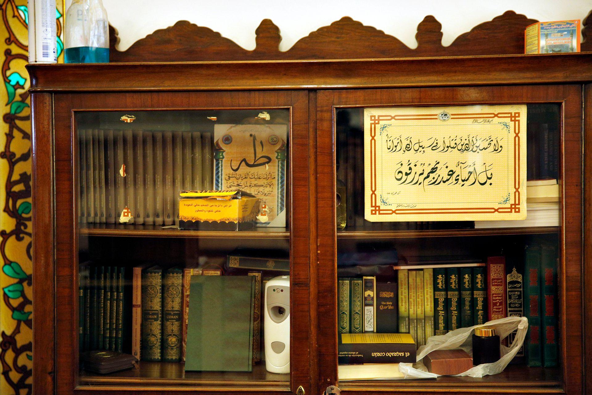 Una pequeña biblioteca contra una de las paredes de la mezquita