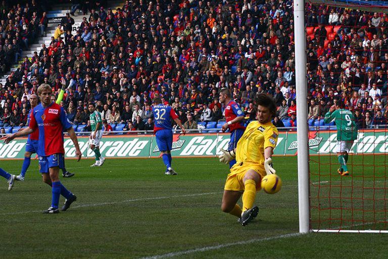 Una atajada para Basilea, el equipo más popular de Suiza. Costanzo enfrentó tres veces a Messi jugando para ese club