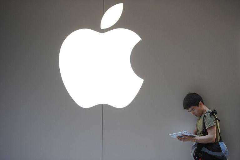 Una persona fuera del Apple Store de Shanghai