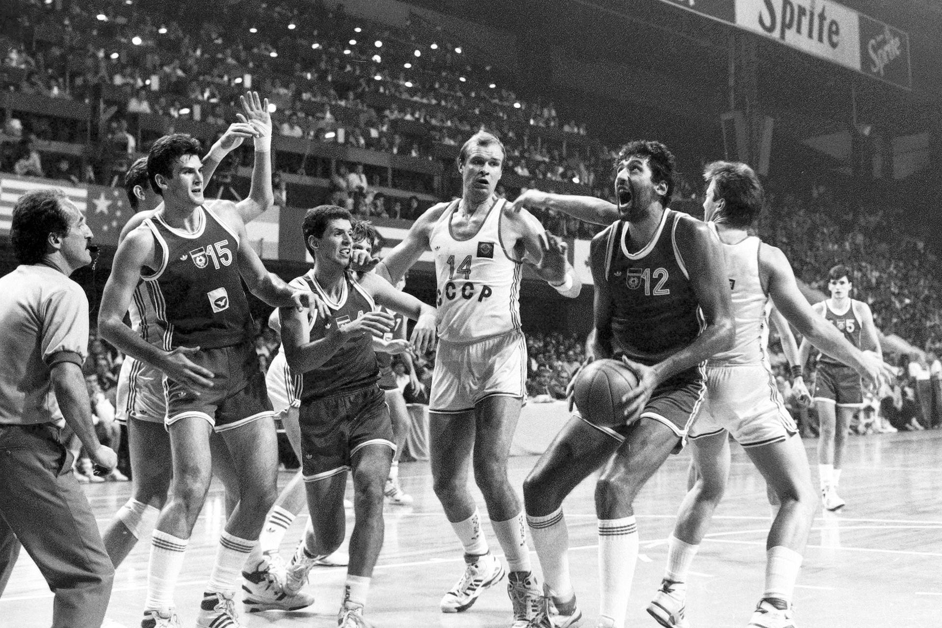 El bosnio Zoran Savic (15), el croata Drazen Petrovic y el serbio Vlade Divac (12), de Yugoslavia, y el ucranio Aleksandar Belostenny (14) y el estonio Tiit Sokk (de espaldas), por Unión Soviética