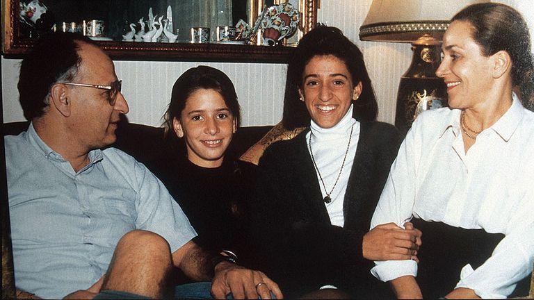 La familia Rosas: de izquierda a derecha, su padre, Luis; María Soledad; su hermana, amiga y cómplice, María Gabriela; su madre, Marta Rey de Rosas.