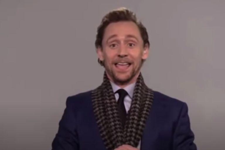El actor mostró su bufanda en plena entrevista