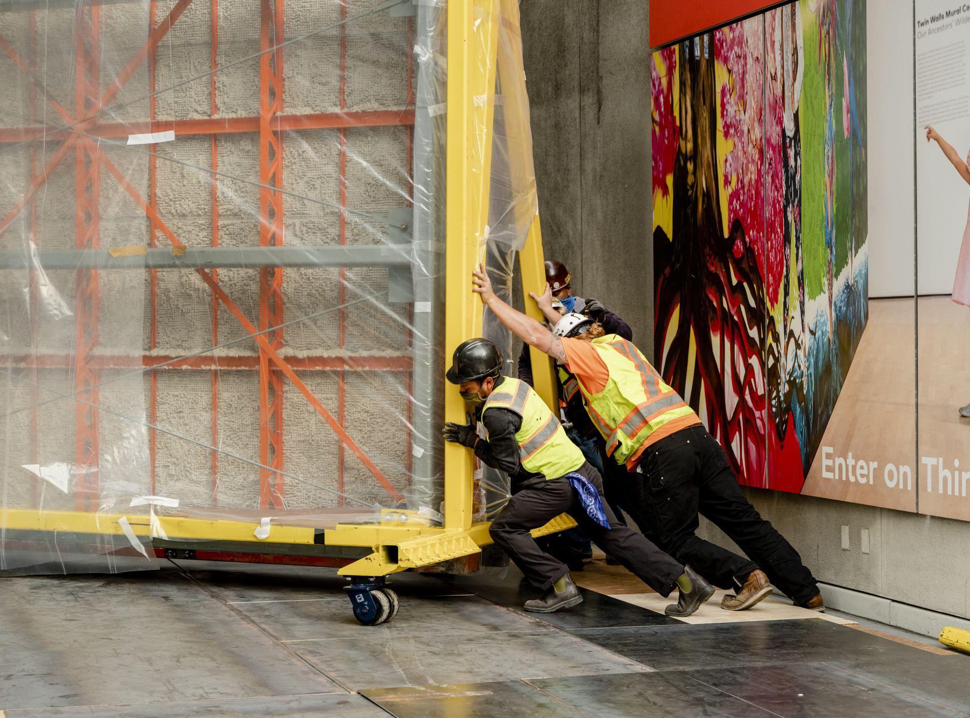 """Mover cada una de las diez secciones de """"Unidad panamericana"""" es una proeza; la obra pesa 30 toneladas y mide 22,5 metros de ancho por 6,7 de alto"""