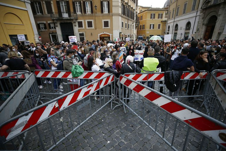 Protestas frente al Palacio de Montecitori contra la obligación de vacunarse contra el coronavirus, en Roma, el 21 de abril 2021.