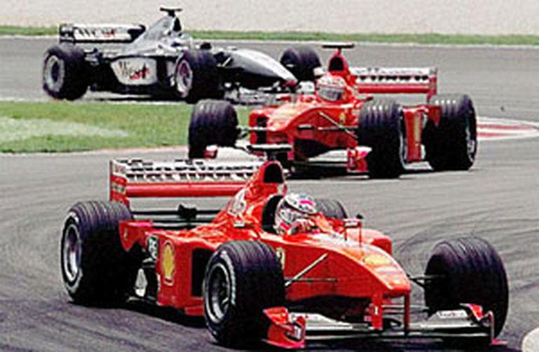 Michael Schumacher, Eddie Irvine y Mika Hakkinen conforman un trencito en el Gran Premio de Malasia 1999; las dos Ferrari fueron desclasificadas y más tarde volvieron a ser reposicionadas, tras la apelación de la Scuderia