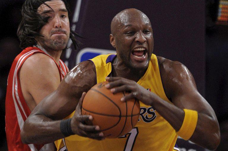 Lamar Odom, de Los Angeles Lakers, enfrentando a Scola en 2009
