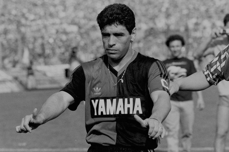Muy breve, de apenas tres partidos oficiales, fue el paso de Maradona por Newell´s Old Boys; más que por lo que les entregó en la cancha, los hinchas leprosos le rinden pleitesía por haber elegido a su club para volver a jugar en el país, en 1993.