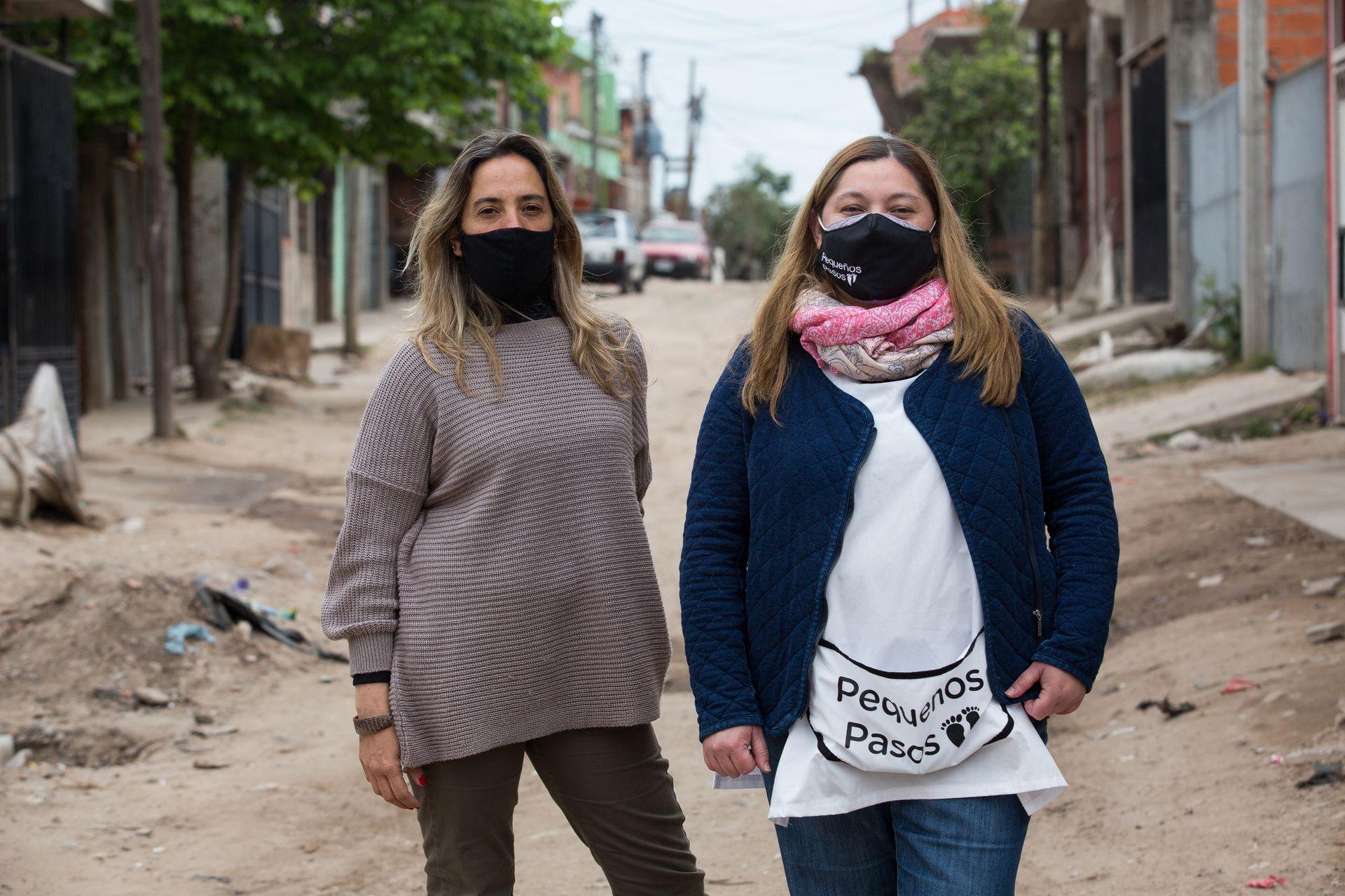 Vanesa Pérez (izq.) junto a Mariana Pinea, la asistente social de la institución