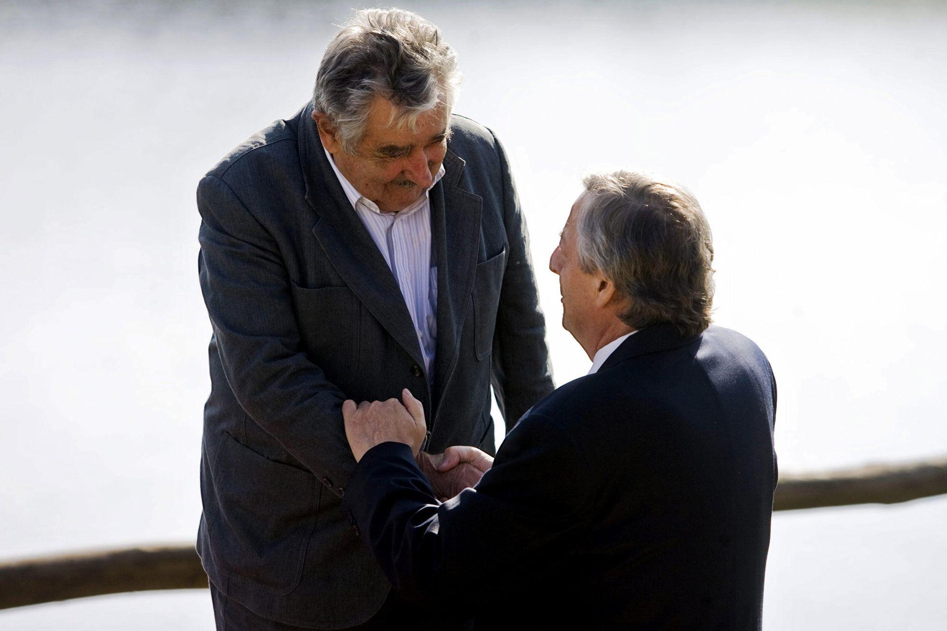 Néstor Kirchner saluda a José Mujica al finalizar la cumbre extraordinaria de Unasur el 4 de mayo de 2010