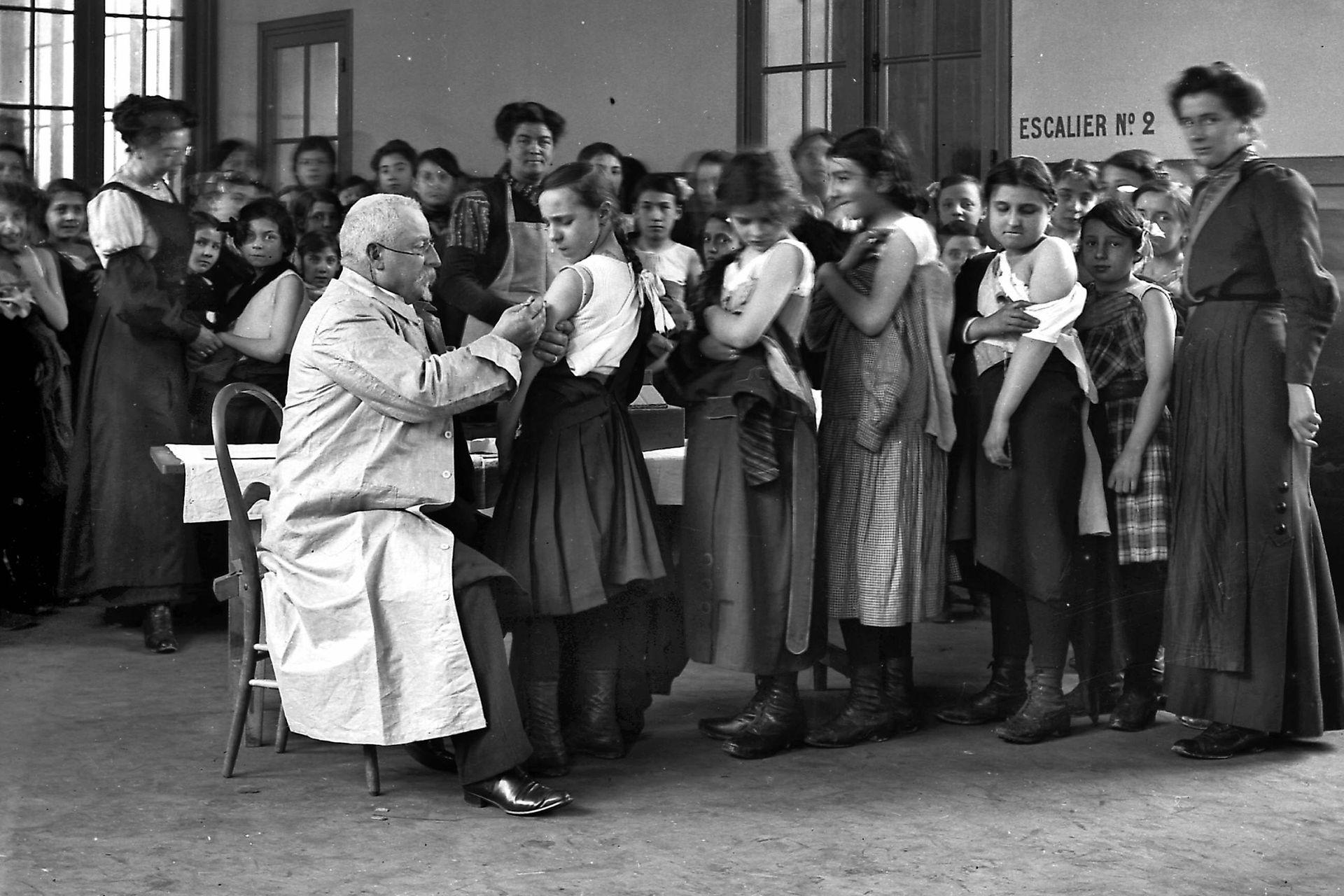 Niños en una escuela en Francia en 1900, ningún avance médico ha tenido tanto impacto como las vacunas