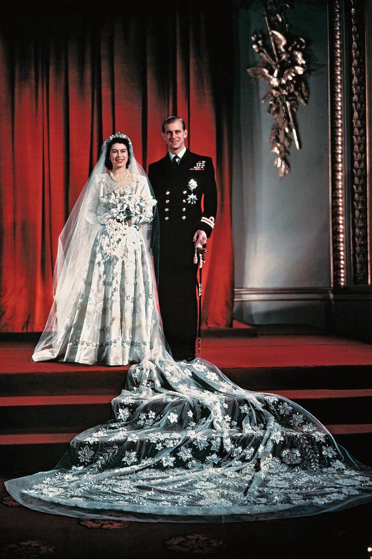 Primer retrato del apuesto duque de Edimburgo con su mujer. Las medidas de austeridad todavía estaban en vigor e Isabel juntó tres mil cupones de racionamiento para pagar su vestido de novia a Norman Hartnell. La boda fue la primera gran celebración después de la guerra