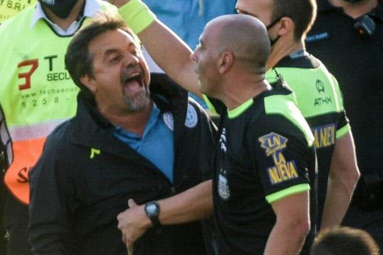 La airada protesta de Caruso Lombardi tras el partido que ayer perdió Belgrano
