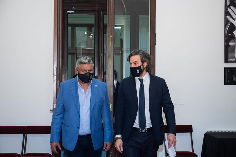 Tapia y Cafiero, en Casa Rosada, luego de formar el acuerdo para la vuelta del fútbol