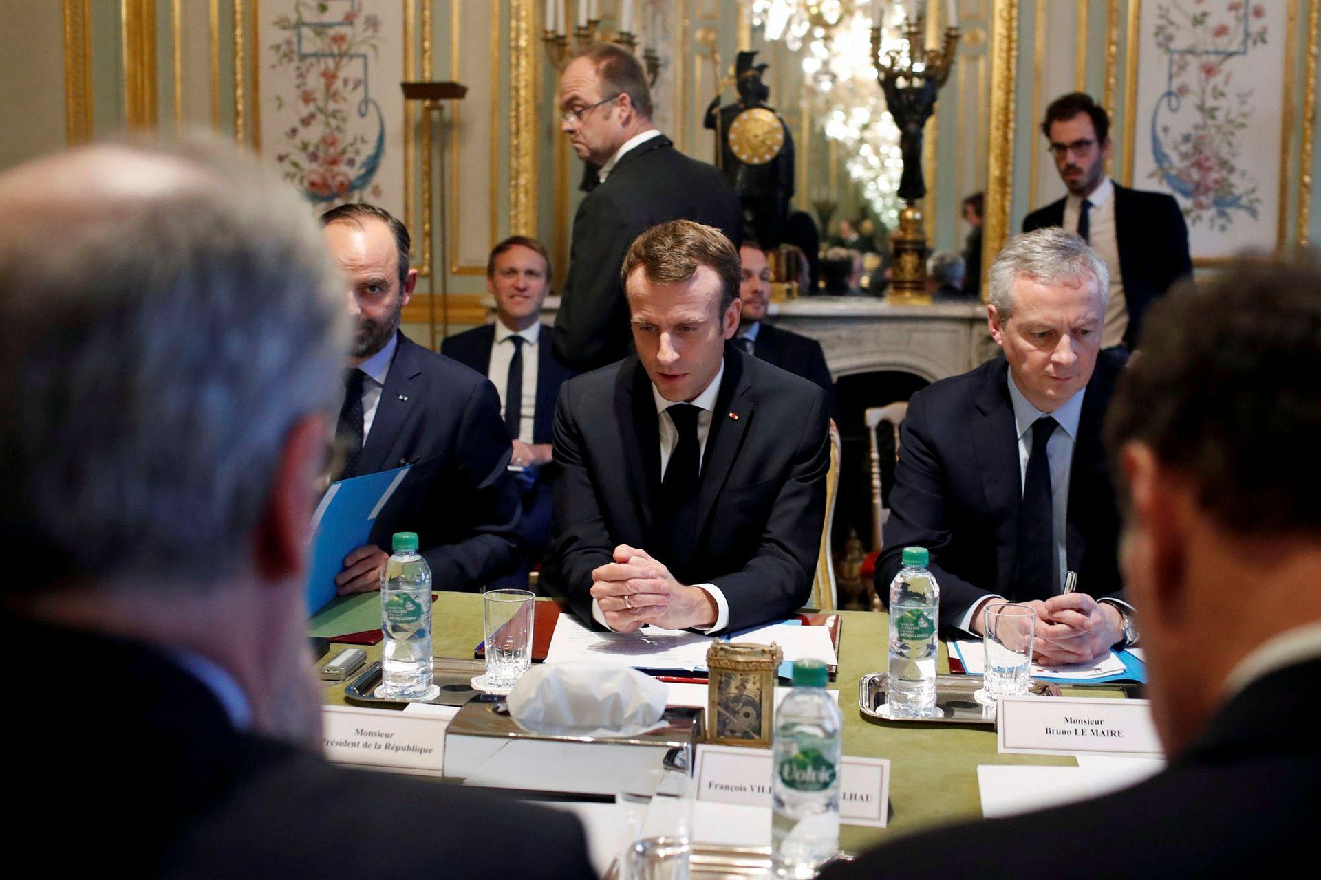 Mientras la Argentina aspira a lograr un acuerdo comercial con la UE, los líderes europeos enfrentan crisis de diversa índole en sus propios territorios; en la foto, Emmanuel Macron durante una reunión en París