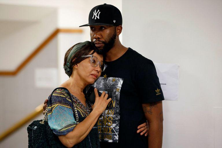 Bridgette Motsepe Radebe es consolada por Ndaba Mandela, nieto de Nelson Mandela, en el hospital Milpark de Johannesburgo, el 2 de abril de 2018