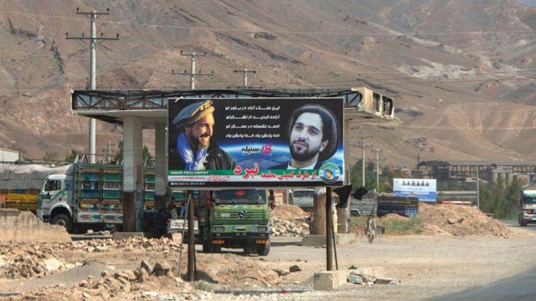 """Una pancarta en el valle de Panshir muestra retratos de Ahmad Massoud y su padre con el lema: """"Sueñas con un país libre gracias a tu ejército, Ahmad está a tu lado, que Dios te proteja"""""""