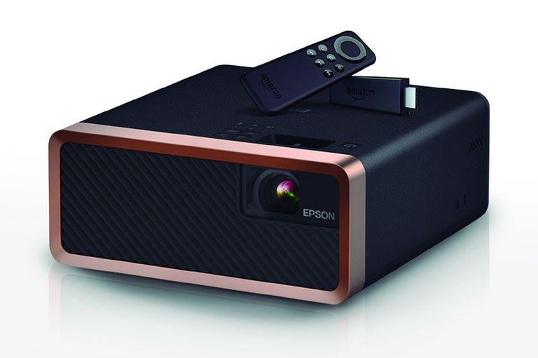 """El cine en casa. El proyector Epson EF-100 puede ser un regalo para toda la familia. Es un equipo multifunción con parlante incorporado de 5W y conectividad Bluetooth. Gracias a su resolución los contenidos multimedia se podrán ver en una pantalla de 100"""" y en alta definición. (Desde $115.000)"""