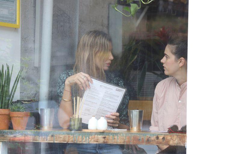 Dolores y Bernardita comparten un almuerzo en uno de los restaurantes vegetarianos de moda en el barrio de Nolita