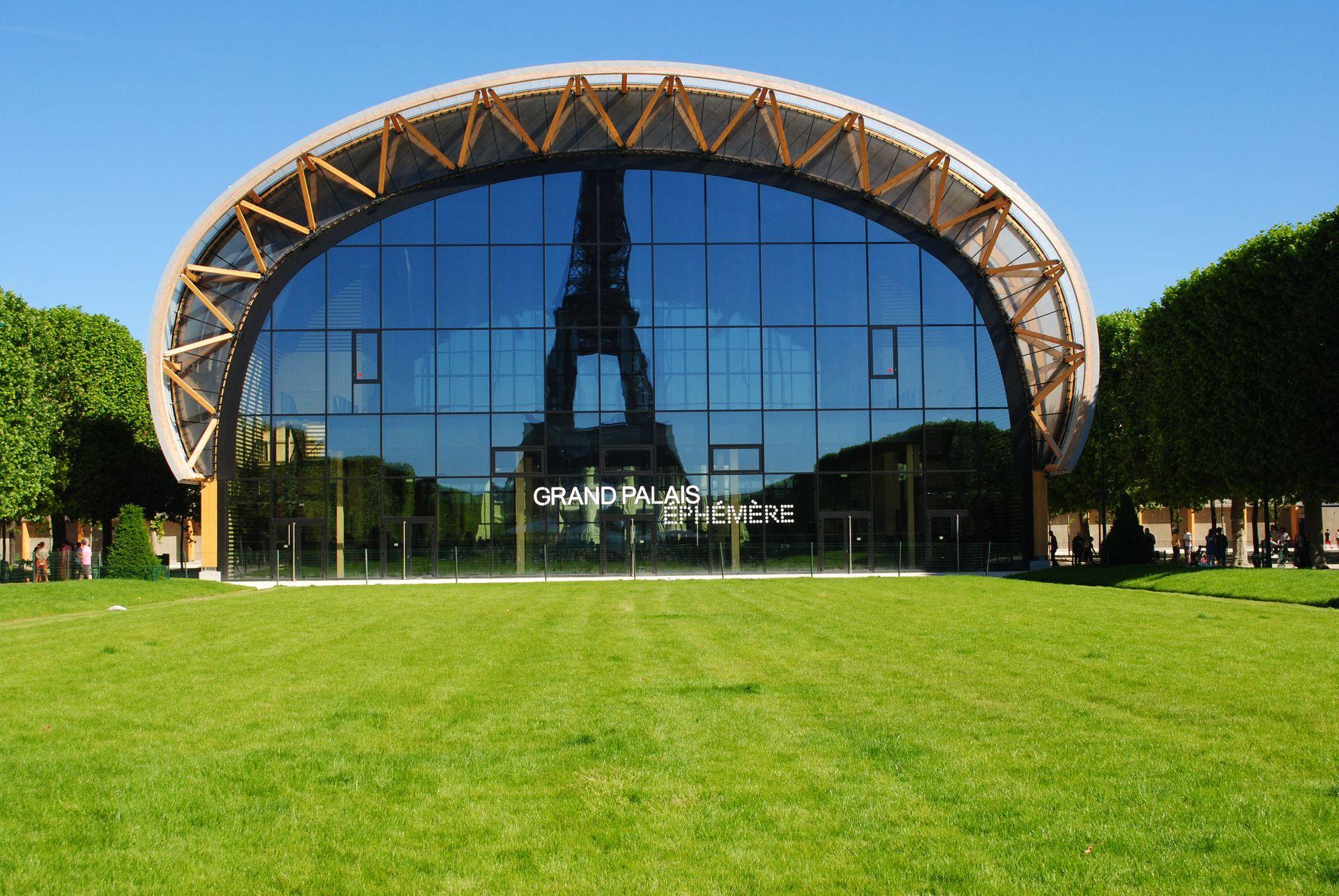 A los pies de la Torre Eiffel se encuentra el Grand Palais Éphémère, la atracción más novedosa que luce la ciudad.