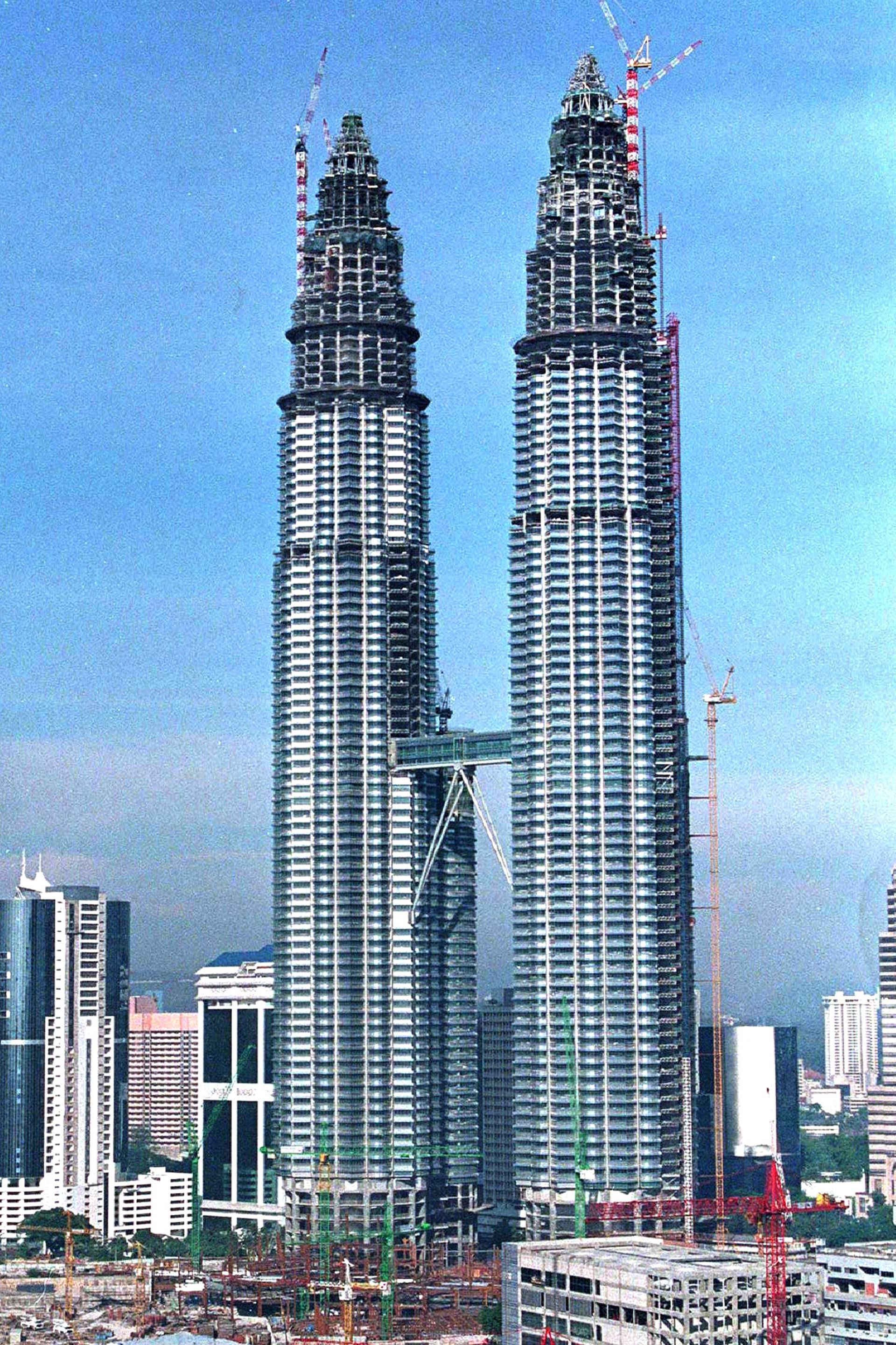 Las torres Petronas, durante su construcción, en Kuala Lumpur, Malasia