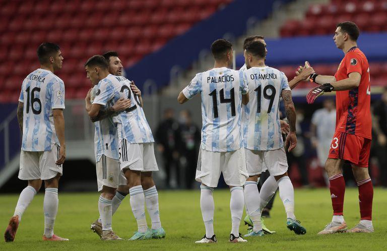 El abrazo final argentino, después de una gran victoria sobre Uruguay