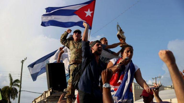 Cientos de cubanos también salieron a protestar en Little Havana, en Miami