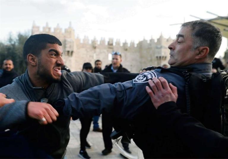 Manifestantes palestinos y policías israelíes, ayer, en Jerusalén